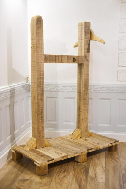 Wooden valet
